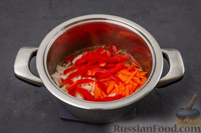 Фото приготовления рецепта: Ячневая каша с курицей, болгарским перцем и морковью - шаг №6
