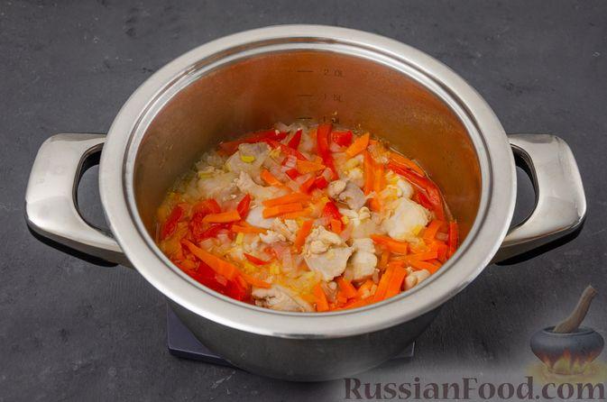 Фото приготовления рецепта: Ячневая каша с курицей, болгарским перцем и морковью - шаг №7