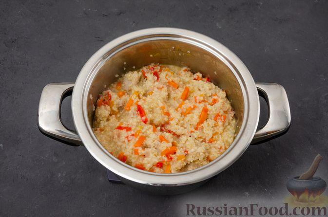 Фото приготовления рецепта: Ячневая каша с курицей, болгарским перцем и морковью - шаг №11