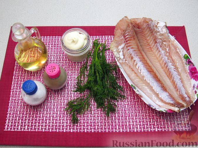 Фото приготовления рецепта: Минтай, тушенный в майонезе с зеленью укропа - шаг №1