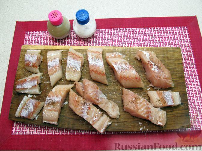 Фото приготовления рецепта: Минтай, тушенный в майонезе с зеленью укропа - шаг №3