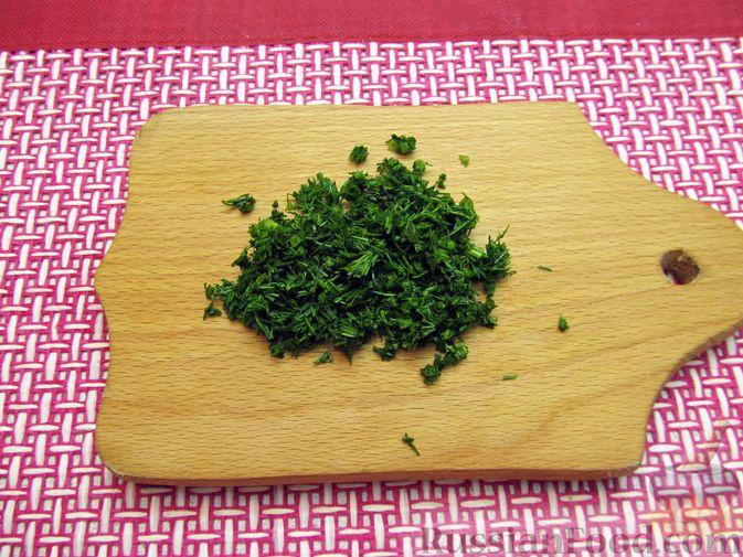 Фото приготовления рецепта: Минтай, тушенный в майонезе с зеленью укропа - шаг №5