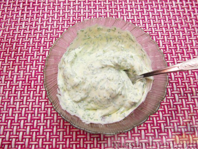 Фото приготовления рецепта: Минтай, тушенный в майонезе с зеленью укропа - шаг №7