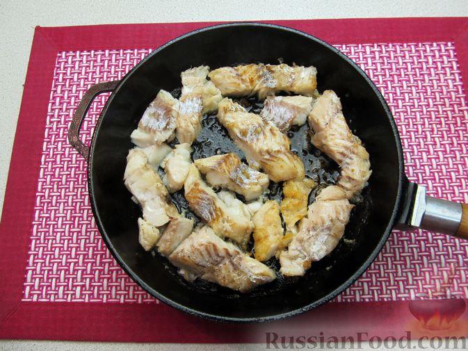 Фото приготовления рецепта: Минтай, тушенный в майонезе с зеленью укропа - шаг №9