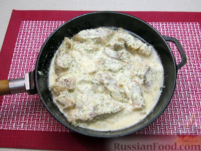 Фото приготовления рецепта: Минтай, тушенный в майонезе с зеленью укропа - шаг №11