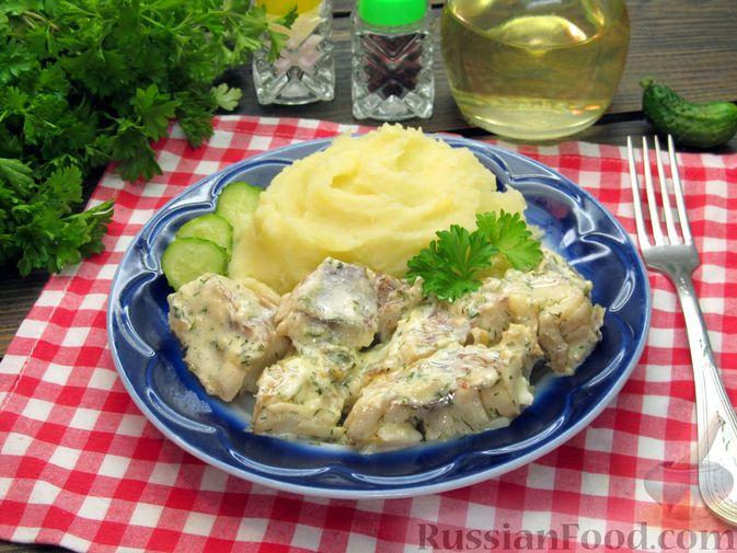 Фото приготовления рецепта: Минтай, тушенный в майонезе с зеленью укропа - шаг №13