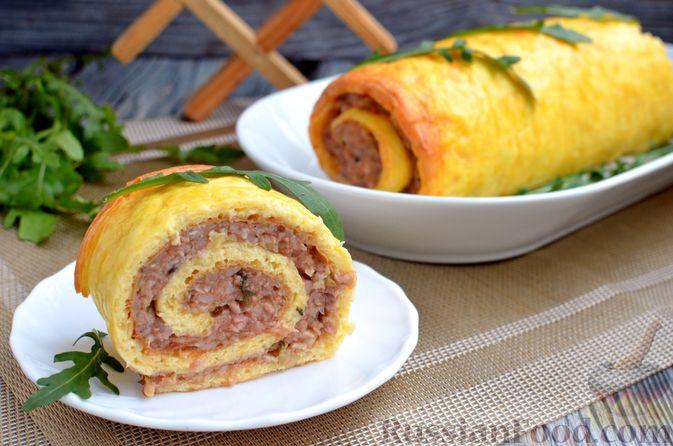Фото к рецепту: Сырный рулет с мясным фаршем (в духовке)