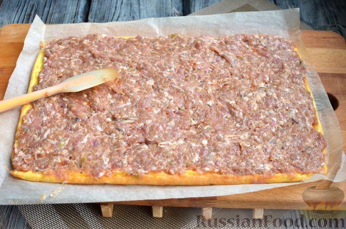 Фото приготовления рецепта: Сырный рулет с мясным фаршем (в духовке) - шаг №10