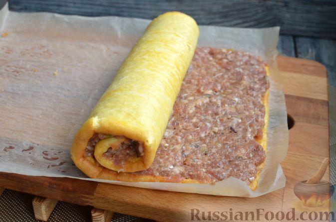 Фото приготовления рецепта: Сырный рулет с мясным фаршем (в духовке) - шаг №11