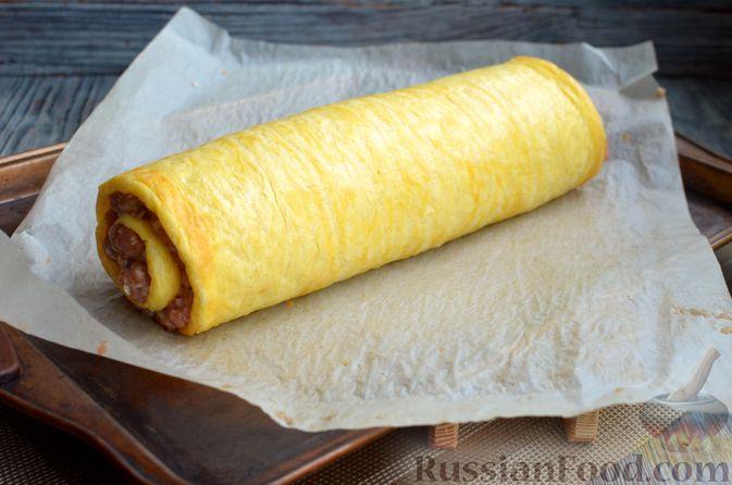 Фото приготовления рецепта: Сырный рулет с мясным фаршем (в духовке) - шаг №12