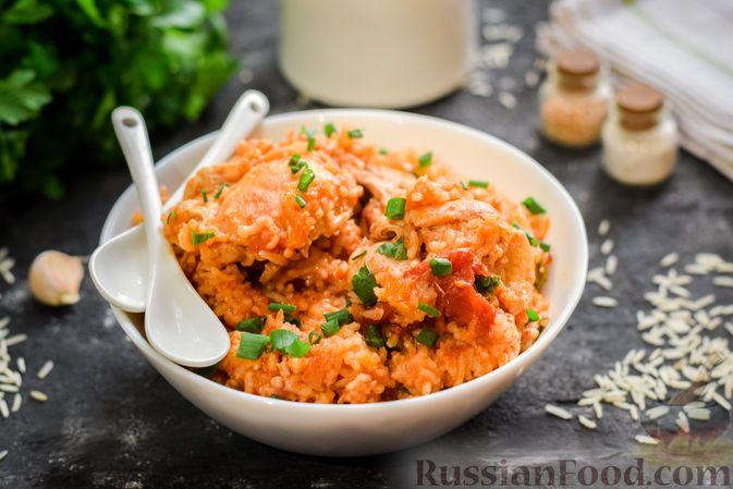 Фото к рецепту: Рис с курицей и овощами в томатном соусе (на сковороде)