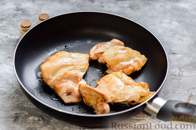 Фото приготовления рецепта: Рис с курицей и овощами в томатном соусе (на сковороде) - шаг №2