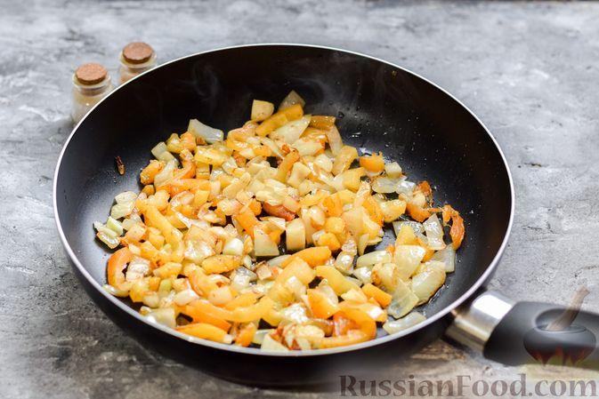Фото приготовления рецепта: Рис с курицей и овощами в томатном соусе (на сковороде) - шаг №5