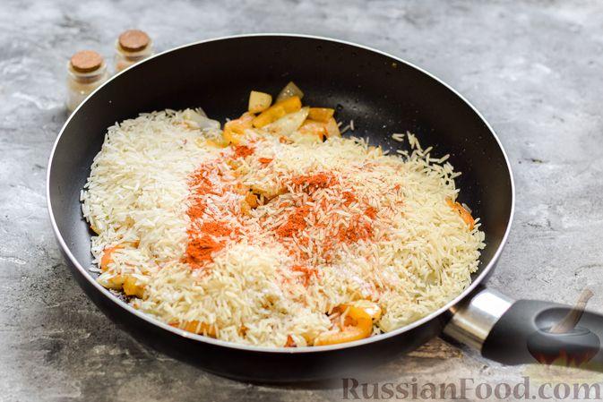 Фото приготовления рецепта: Рис с курицей и овощами в томатном соусе (на сковороде) - шаг №6