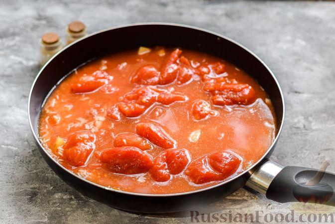 Фото приготовления рецепта: Рис с курицей и овощами в томатном соусе (на сковороде) - шаг №7