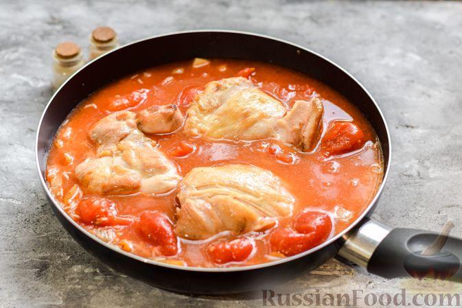 Фото приготовления рецепта: Рис с курицей и овощами в томатном соусе (на сковороде) - шаг №8