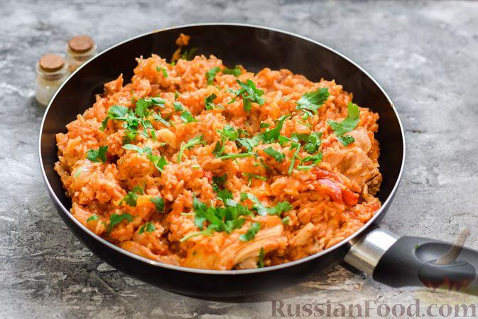Фото приготовления рецепта: Рис с курицей и овощами в томатном соусе (на сковороде) - шаг №9