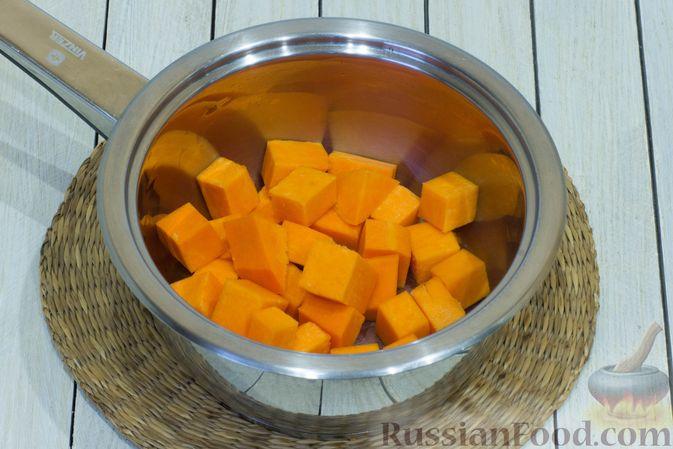 Фото приготовления рецепта: Тыквенный суп с фасолью и сельдереем - шаг №3