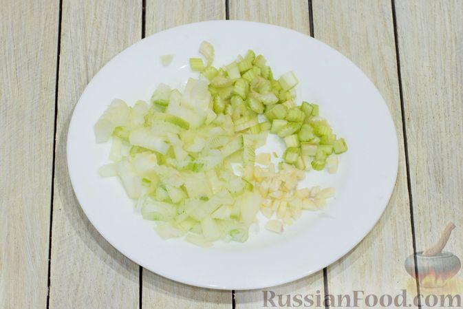 Фото приготовления рецепта: Тыквенный суп с фасолью и сельдереем - шаг №5