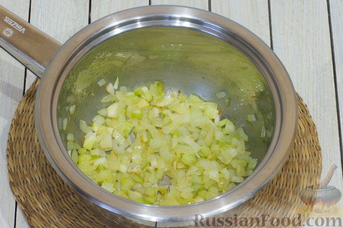 Фото приготовления рецепта: Тыквенный суп с фасолью и сельдереем - шаг №6