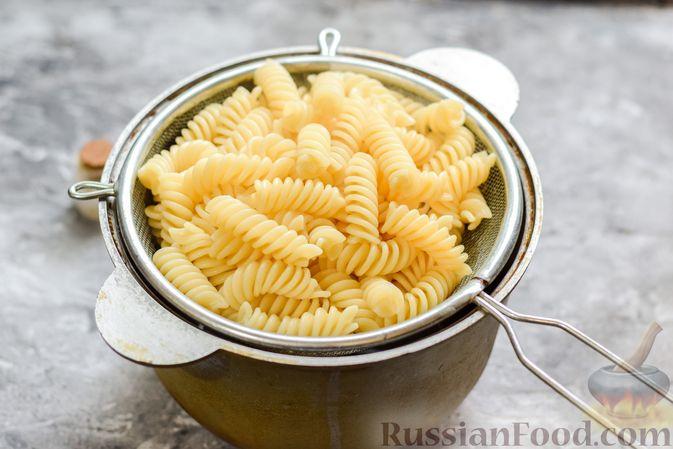Фото приготовления рецепта: Макароны с курицей и тыквой - шаг №6