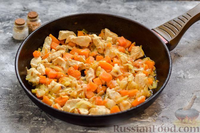 Фото приготовления рецепта: Макароны с курицей и тыквой - шаг №5