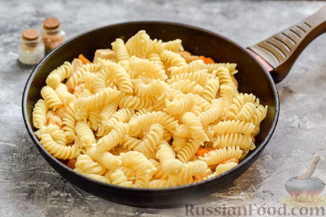 Фото приготовления рецепта: Макароны с курицей и тыквой - шаг №7