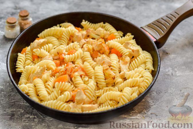 Фото приготовления рецепта: Макароны с курицей и тыквой - шаг №8