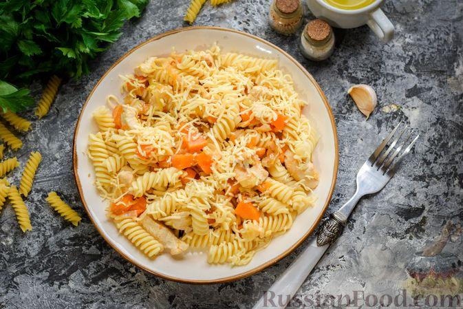 Фото приготовления рецепта: Макароны с курицей и тыквой - шаг №10