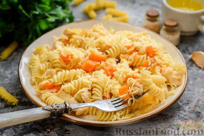 Фото приготовления рецепта: Макароны с курицей и тыквой - шаг №11
