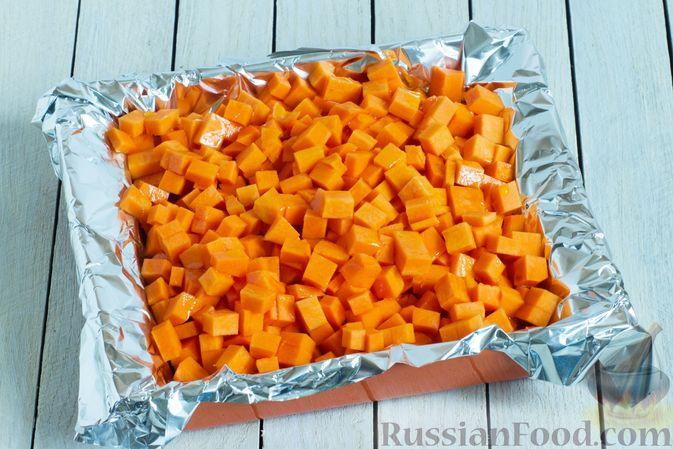 Фото приготовления рецепта: Картофельная запеканка с тыквой, шпинатом, сыром и сметаной - шаг №2