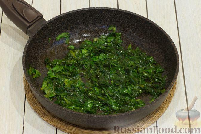 Фото приготовления рецепта: Картофельная запеканка с тыквой, шпинатом, сыром и сметаной - шаг №6