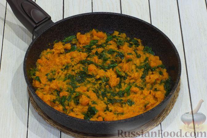 Фото приготовления рецепта: Картофельная запеканка с тыквой, шпинатом, сыром и сметаной - шаг №7