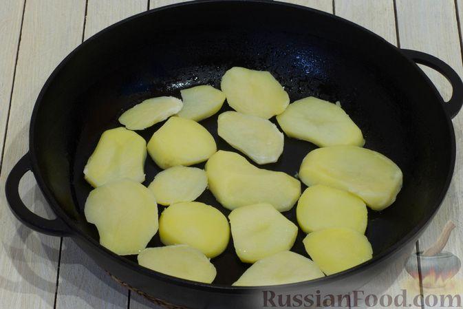 Фото приготовления рецепта: Картофельная запеканка с тыквой, шпинатом, сыром и сметаной - шаг №8