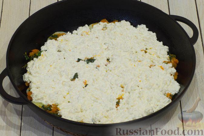 Фото приготовления рецепта: Картофельная запеканка с тыквой, шпинатом, сыром и сметаной - шаг №10