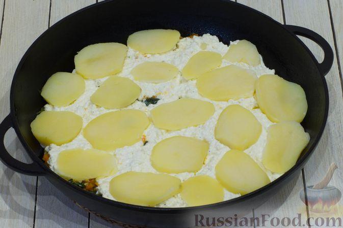 Фото приготовления рецепта: Картофельная запеканка с тыквой, шпинатом, сыром и сметаной - шаг №11