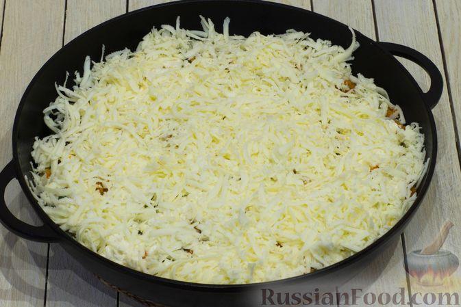 Фото приготовления рецепта: Картофельная запеканка с тыквой, шпинатом, сыром и сметаной - шаг №12