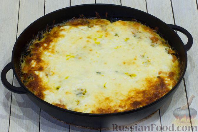 Фото приготовления рецепта: Картофельная запеканка с тыквой, шпинатом, сыром и сметаной - шаг №13