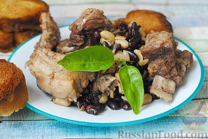 Фото к рецепту: Свиные рёбрышки, запечённые с фасолью и хлебом (кассуле)