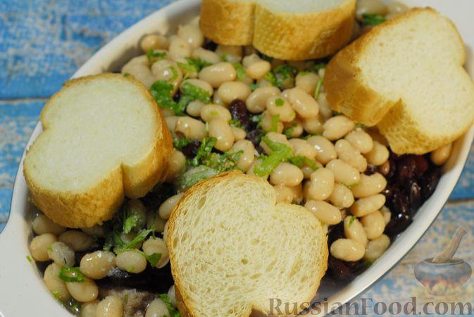 Фото приготовления рецепта: Свиные рёбрышки, запечённые с фасолью и хлебом (кассуле) - шаг №13