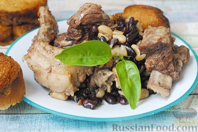 Фото приготовления рецепта: Свиные рёбрышки, запечённые с фасолью и хлебом (кассуле) - шаг №14
