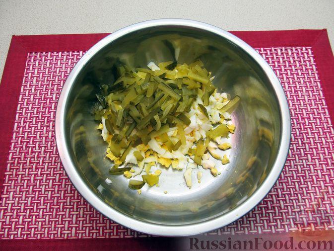 Фото приготовления рецепта: Салат с кальмарами, солёными огурцами, морковью и яйцами - шаг №7