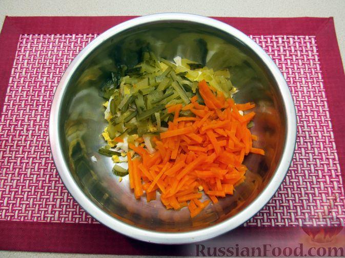 Фото приготовления рецепта: Салат с кальмарами, солёными огурцами, морковью и яйцами - шаг №8