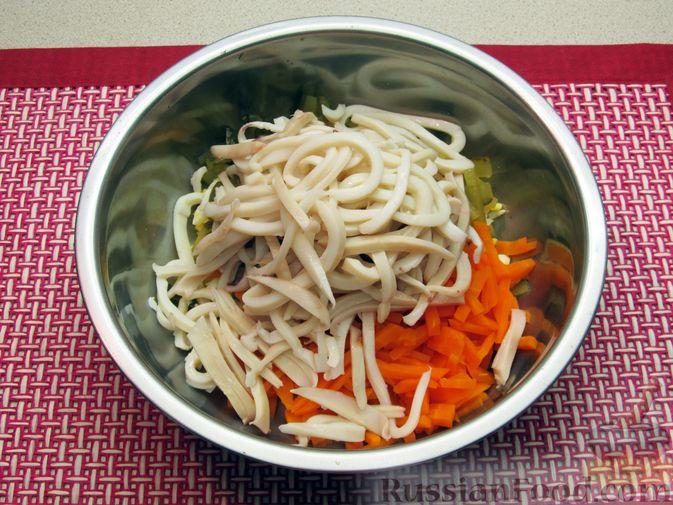 Фото приготовления рецепта: Салат с кальмарами, солёными огурцами, морковью и яйцами - шаг №9