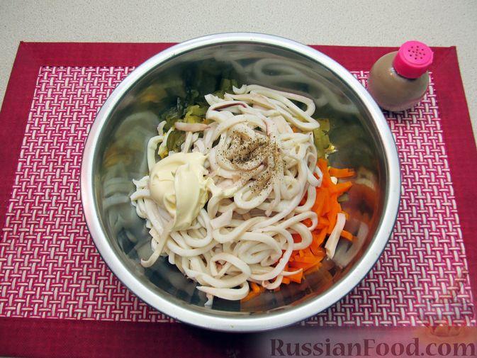 Фото приготовления рецепта: Салат с кальмарами, солёными огурцами, морковью и яйцами - шаг №10