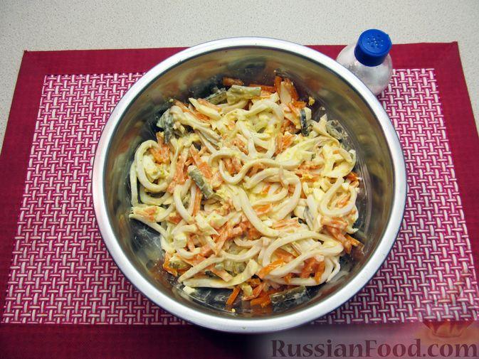 Фото приготовления рецепта: Салат с кальмарами, солёными огурцами, морковью и яйцами - шаг №11
