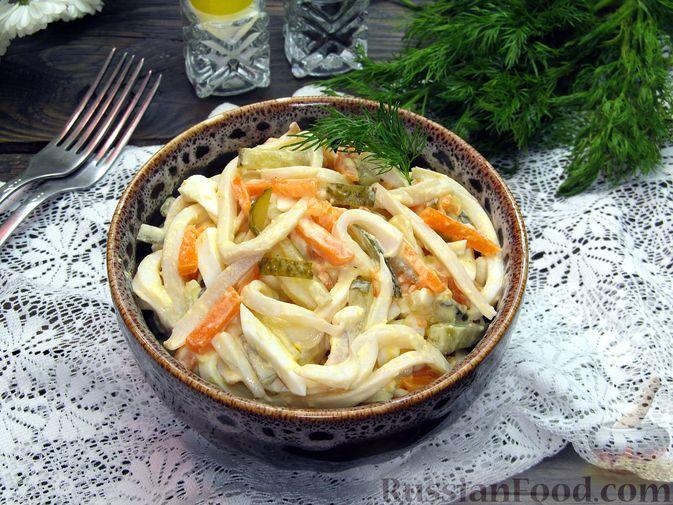 Фото приготовления рецепта: Салат с кальмарами, солёными огурцами, морковью и яйцами - шаг №12