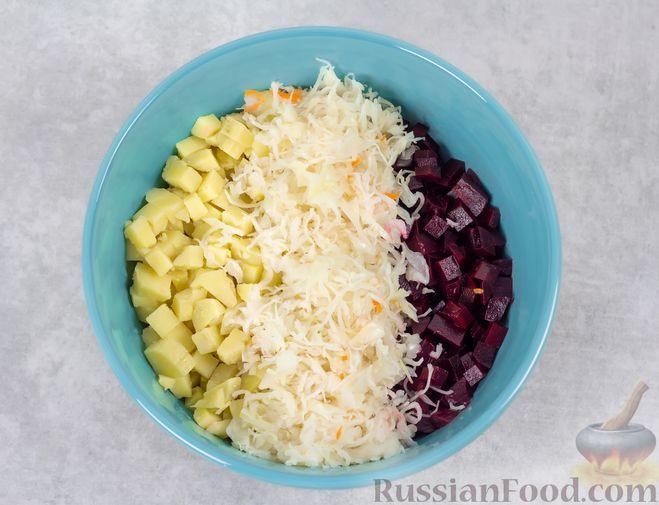 Фото приготовления рецепта: Винегрет с квашеной капустой и зелёным горошком (без моркови) - шаг №6