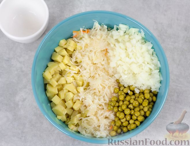 Фото приготовления рецепта: Винегрет с квашеной капустой и зелёным горошком (без моркови) - шаг №8