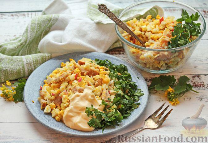 Фото к рецепту: Салат с крабовыми палочками, копчёной курицей, рисом и кукурузой